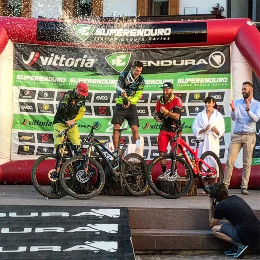 Matteo Raimondi festeggia la vittoria