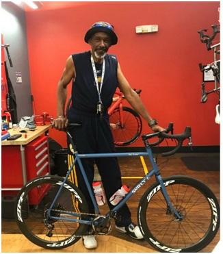 Darnell Hillman in bicicletta