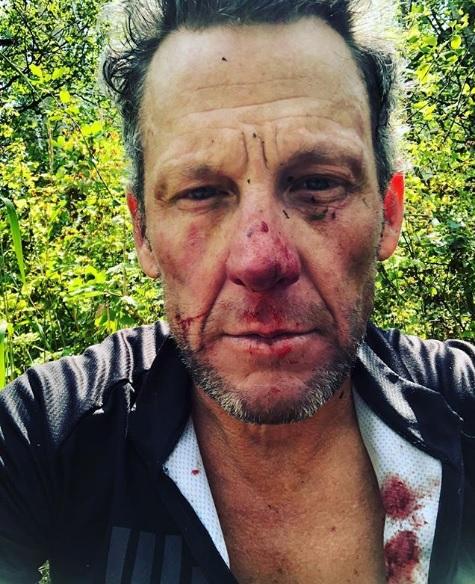 Lance Armstrong cade in allenamento