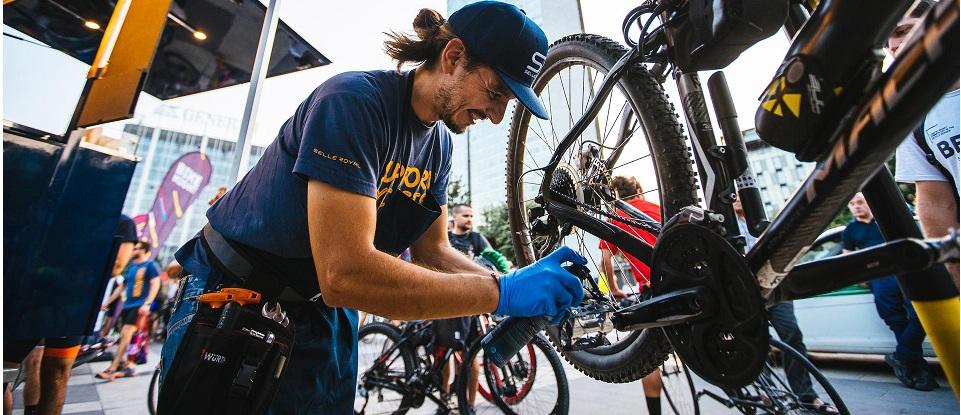 """Torna """"on the road"""" il van che gira l'Europa per riparare le biciclette"""