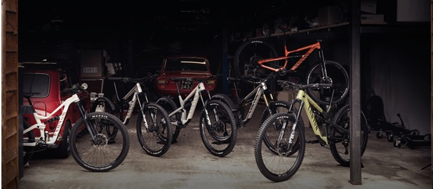 Canyon presenta la nuova Famiglia Spectral, la nostra leggendaria e versatile trail bike, ora disponibile in molteplici configurazioni, modelli, taglie e materiali