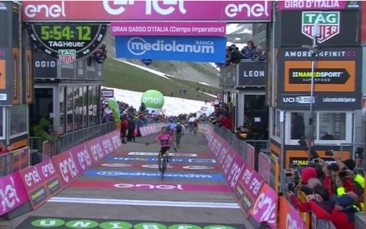 Simon Yates vince sul Gran Sasso