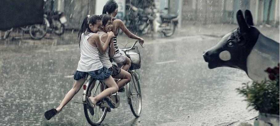 pedalare sotto la pioggia (fonte pixabay - StockSnap)