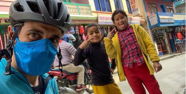 L'abbigliamento da ciclismo UYN sul Campo Base dell'Everest con Omar Di Felice