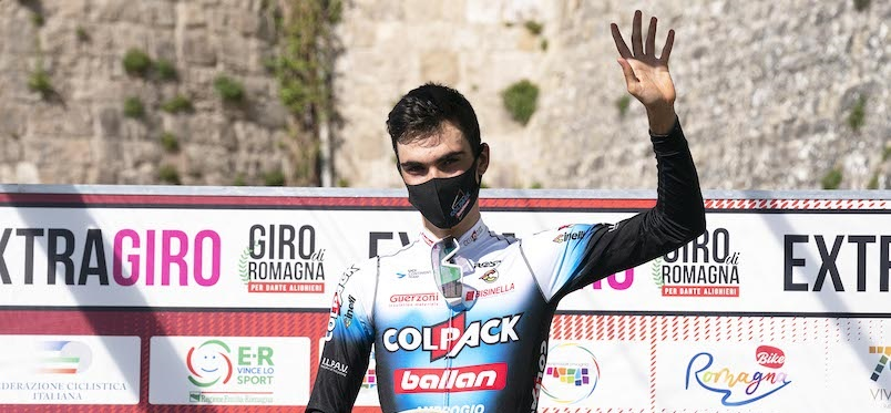 Ayuso festeggia la sua 4^ vittoria di stagione, la 11^ di stagione per il team. Foto Rodella