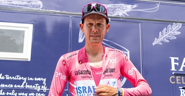 Alessandro De Marchi con la maglia rosa e la versione rosa dell'intimo UYN ENERGYON. Credits: Mattia Ragni