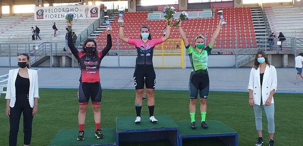 Aurora Mantovani (VO2 Team Pink) sul gradino più alto del podio a Fiorenzuola