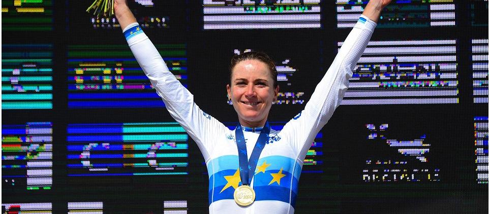 Van Vleuten celebra il primo posto nella categoria Elite Donne dei Campionati Europei di Ciclismo su strada nel 2020 a Plouay (Francia) (Credits: Bettini Photo);