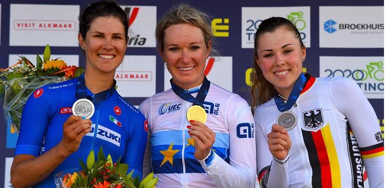 Elena Cecchini (sinistra) sul podio dell'Europeo di Alkmaar 2019 concluso al secondo posto dietro Amy Pieters (centro) e davanti a Lisa Klein (destra) (Credits: Bettini Photo);
