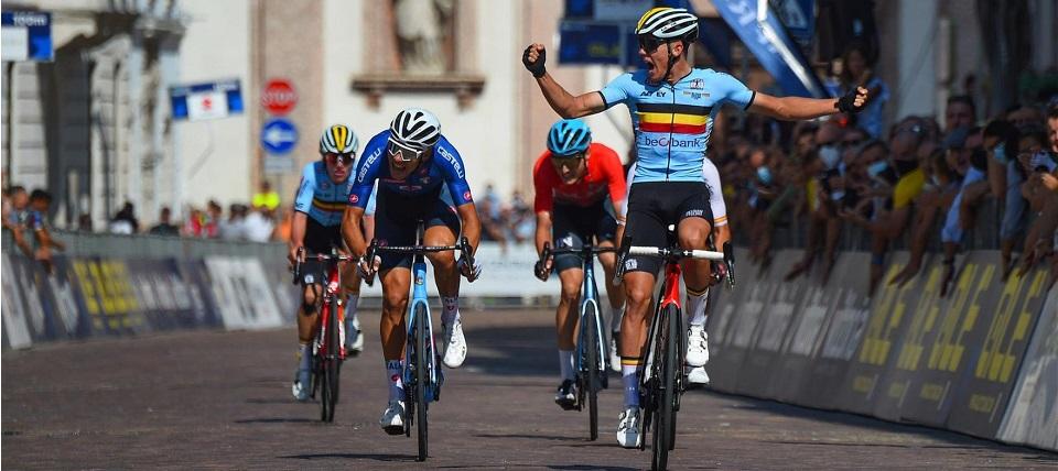 Thibau Nys ha fulminato gli avversari sulla linea d'arrivo. Alla sua sinistra l'azzurro medaglia d'argento Filippo Baroncini (Credits Bettini Photo)