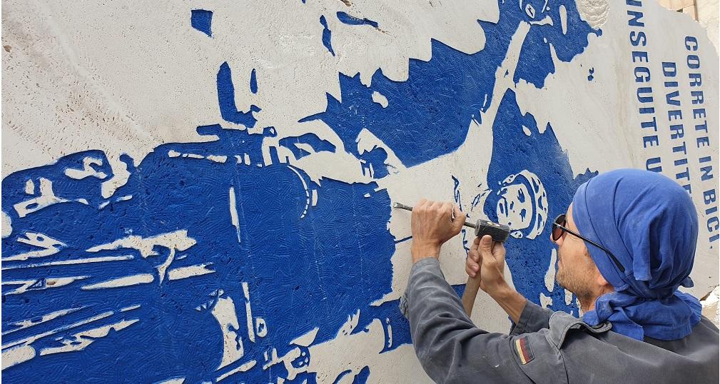 Il maestro Valentino Giampaoli al lavoro sulla stele che ricorda Michele Scarponi
